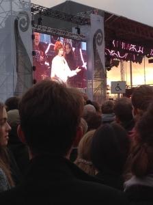 Sissel Kyrkjebø på scena, litt langt vekke.